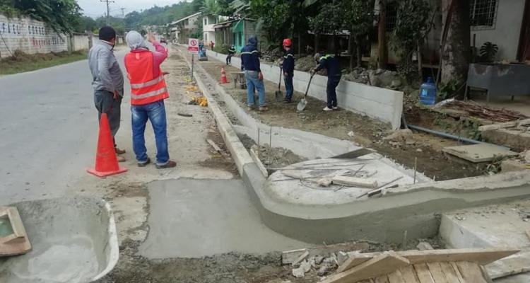 SE RETOMARON LOS TRABAJOS EN LA CONSTRUCCION DE LA ACERA Y BORDILLOS EN LA VÍA PRINCIPAL.